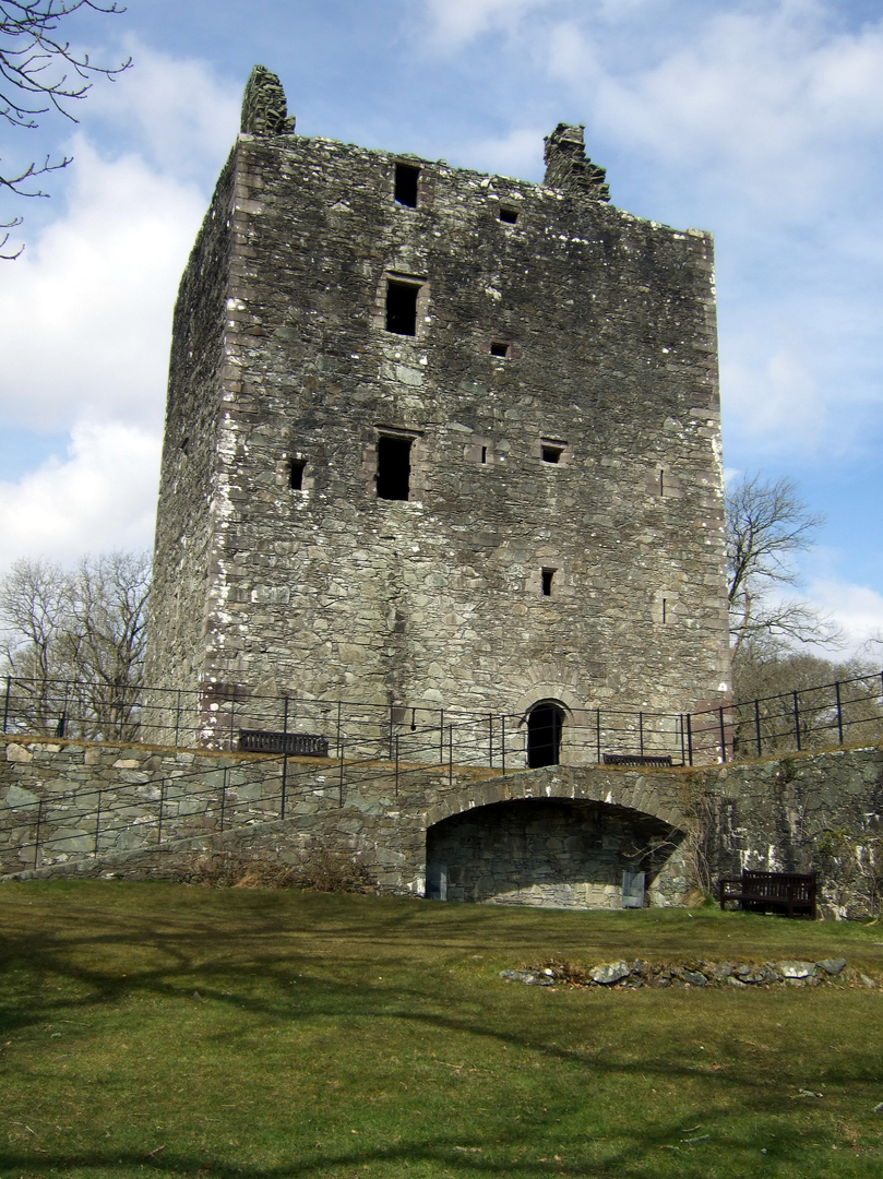 Cardoness Castle is a plain but impressive tower house, long held by the turbulent MacCullochs, in a prominent spot with a once comfortable interior, near Gatehouse of Fleet in Dumfries and Galloway.