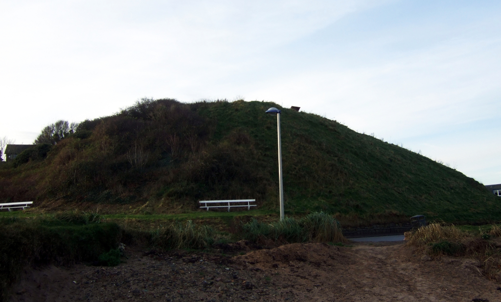 Castle Hill is the remains of the mound of a medieval castle once held by the Earls of Fife and then the Douglases, by the sea in the pretty seaside of North Berwick in East Lothian in southeast Scotland.
