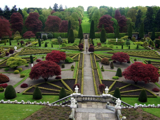 Versailles gardens in Outlander / Drummond Castle Gardens © Martin Coventry